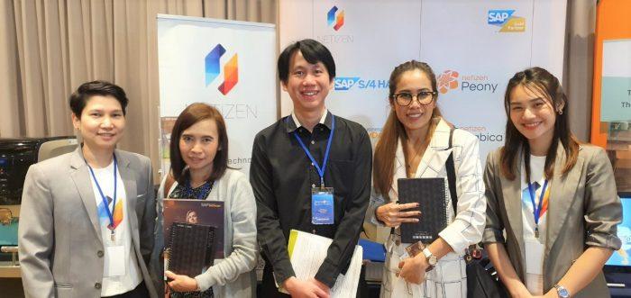 ทีม Business Solution ร่วมถ่ายภาพกับผู้สนใจ โซลูชัน ของ Netizen ภายในงาน