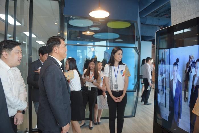 ผู้เข้าร่วมงานต่างพากันต่อคิวเพื่อสัมผัสเทคโนโลยีใหม่ล่าสุดของ Netizen กันอย่างเนืองแน่น