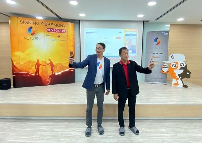 คุณเสรี สาธุกิจชัย CEO เนทติเซนท์ และคุณสมนึก งามนิธิพร MD วาไรตี้ ฟู้ดส์ ร่วมลงนามสัญญาการวางระบบ SAP Business ByDesign เวอร์ชัน Netizen Arabica ด้วยรูปแบบ Face Recognition